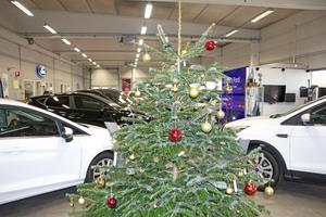 Julgranen i bilhallen märks. Det är också meningen, så att kunderna ska inspireras att lägga klappar under den.