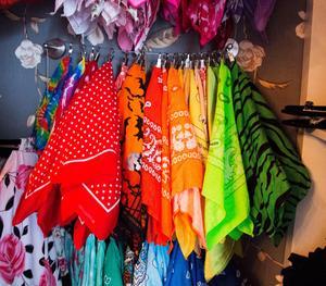 Karolinas bandanor – små sjaletter som man bland annat kan ha i håret – hänger på rad. Alla accessoarer finns i en mängd olika färger och mönster för att kunna passa alla möjliga klädkombinationer.