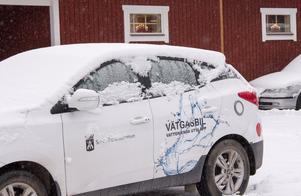 Vätgasbilar är det allra miljö- och klimatvänligaste alternativet, tycker bilhandlaren Kenneth Larsson i Sandviken. Här står en av dem på parkeringen vid hans bilhandel.