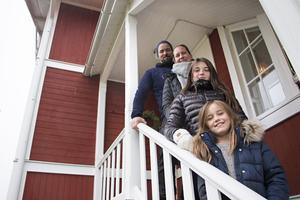 Johnas, Jenni Mari, Julia och Ebba Fagerlind stortrivs alla i Hans-Larsgården i Lem. Flickorna har snabbt gjort sig hemmastadda både här och i nya skolan.