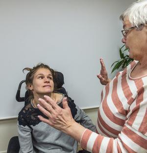 Rebecca Raje och Ann-Christin Pettersson samtalar med hjälp av händerna.