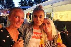 Från vänster: Paulina Modin, Olivia Lundberg och Therese Elfving brukar gå på en del Ön-danser på somrarna.