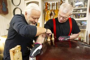 Michael Wallmo och Jim Boistrup reparerar en kontrabas.