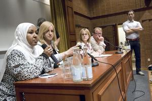 Debatterade inre revolter. Fr v Suad Mohamed, Claes Schmidt/Sara Lund, Annika Borg och Claes Malmberg utgjorde panelen då Peace & Loves temadagar startade på tisdagskvällen med en debatten