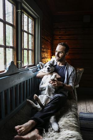 Ofta på kvällarna brukar Tuss och Kalle ligga och mysa i träsoffan.