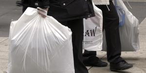 Det är rätt att införa en skatt på plastpåsar, som regeringen vill. Däremot måste utformningen av skatten göras om. En skatt på plastpåsar måste gynna biologiska och nedbrytbara material, så att användningen av plastpåsar gjorda av olja kan fasas ut. Foto Gunnar Lundmark, TT.