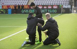 Martin Lorentzson tvingades bryta fredagsträningen på grund av en ljumskskada som gör att hans medverkan mot Djurgården kan vara i fara.