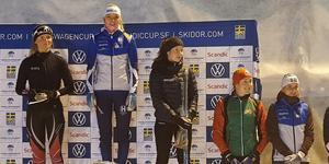 Louise Lindström högst upp på pallen efter 5 km-loppet. Och till höger står femman Ella Olsson, både Högbo GIF.