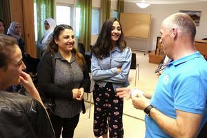 Lava Mamo, Esmahan Horo och Lara Mamo från Syrien, Kurdistan, pratar med Håkan Söderman från Moderaterna i Lekeberg.– Vi har varit i Sverige nio månader och det är svårt att fråga när man inte kan så mycket språk, säger Lara Mamo.