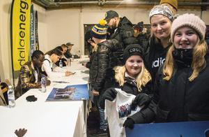 Thea och Emmelie Eriksson med mamma Anna-Karin Hellberg har åkt från Djurås för att se Idol-profilerna. Tusse är favoriten.