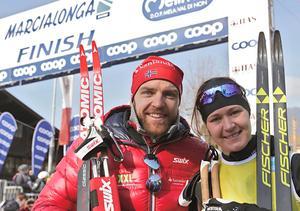 Tord Asle Gjerdalen har vunnit mycket på Visma Ski Classics, men aldrig fått till det i Vasaloppet. Är det dags i år? Här tillsammans med Britta Johansson Norgren efter segern i Marcialonga 2016. Foto: Mario Facchini, AP Photo/TT.