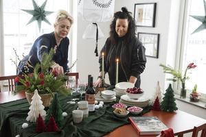 Möbler från Carl Larsson, textilier och inredningsdetaljer från Carl Larsson och Åhléns.  På bordet står också  Karins pepparkaka, en mindre söt variant med pottaska, som serverades med cheddarost.