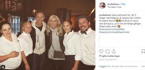 Artisterna Magnus Carlsson och Jessica Andersson tog bild med personalen.