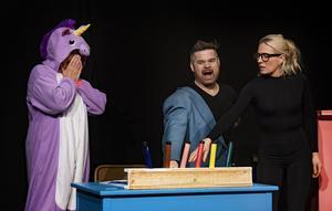 I teaterföreställningen gestaltar Ninna Englesson-O'Nils och Peder Olsén barnen som inte kan hålla sig till ämnet, det vill säga målarboken.