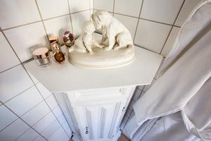 Vackert skåp i badrummet.
