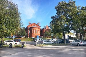 På den här parkeringsplatsen mellan Gustav Adolfs kyrka och Bünsowska tjärnen vill Corner Property Partners bygga sju radhus, så kallade townhouses.