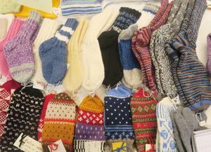 Vantar och sockor från föreningen Hantverkets försäljning på julmarknaden.
