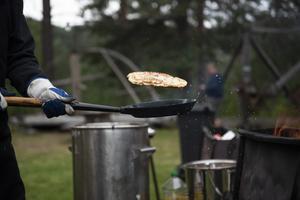 Under spelstämman finns traditionsenligt kålbullar att köpa för förtäring. Enligt kocken för dagen, Jörgen Bystedt, har det rörts ihop 300 liter smet och till det finns närmare 100 kilo fläsk.