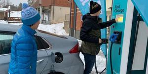 Lena Persson från Jämtkraft och Daniel Danielsson från Åre Kommun testar den nya snabbladdaren. Foto: Pressbild