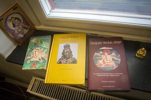 I fönstersmygen på kontoret på högskolan. Längst till höger den nya boken, den gula bygger på Stefans avhandling om Tsangnyön Heruka, den första nyskrivna boken om  honom på 500 år. Den gröna boken heter Milarepas liv, och är sammanställd av Tsangnyön, och var en av de böcker som fick Stefan Larsson intresserad av buddhism.