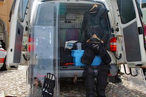 Sköldar och annan utrustning som används när kriminalvården gör särskilda insatser.