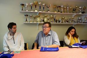 Bert Hägg (mitten) är mångårig ledare i Sunds IF. Till vänster om honom sitter Andreas Moreau och till höger Catalina Rodriguez.