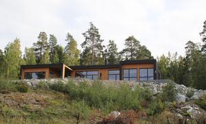 På en kulle vid Frösåkers golfbana ligger huset. Både Magdalena och Dan spelar golf.