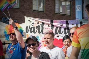 17 juni. Arrangörerna uppgav att cirka tusen personer deltog när Ludvika Pride genomfördes för andra året i rad den 15 juni.