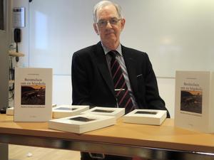 """Leif Borgert, som tidigare varit rektor för Högskolan Dalarna, har i """"Berättelsen om en högskola"""" skrivit om hur den bildningstanken från 1980-talet och framåt, till stor del kommit att ersättas av strävandet efter anställningsbarhet och ett snävt nyttoperspektiv."""