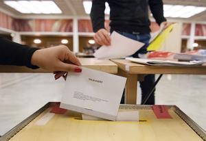 Valkuverten läggs i valurnan i Rådhushallen i Malmö där 50 personer räknar utlandsröster och sent inkomna förtidsröster i den så kallade onsdagsräkningen i valet 2018. Foto: Johan Nilsson / TT /