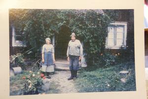 Kalles mormor och morfar, Anna och Hilmer Eriksson, troligen på 1950-talet. Vildvinet som växte kring farstukvisten är fortfarande kvar.