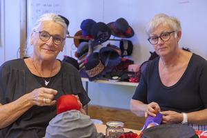 – Vi blev vänner genom hattarna. Det har blivit några kurser nu, säger Mona Helge från Kalmar (till vänster) och Kersti Haraldsson från Linköping.