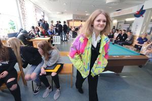 Sofia Forsberg med mormors jeans och morbrors färglada jacka från 1980-talet.  Modevisningen med second hand kläder ingick i Lekebergsskolans miljötemadag.