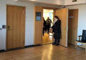 Den åtalade 57-åringen lämnar rättssalen efter sin försvarare Heli Lundström. Vid dörren står en anställd på Försäkringskassan. Foto: Torbjörn Granström