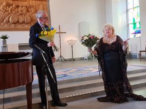 Det krävs en god pianist för att backa upp en skicklig sångare. Anders Wadenberg är Siv Wennbergs trogna ackompanjetör. Bild: Anna-Maria Nilsson