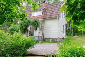 Huset ligger i en grönskande trädgård med ostört läge. Foto: Emelie Larsson