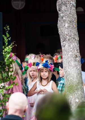Förskoleklassen hade fina blomkransar på huvudet.