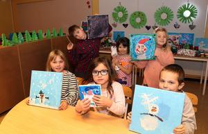 Milo Gode, Nathalie Jansson Decker och Ronja Moberg (bakre raden) har tillsammans med Juni Larsson, Leyah Lilja Prego och Caspian Göransson (främre raden) samt övriga F-2-elever bidragit till onsdagens välgörande julkväll på Fränstaskolan.
