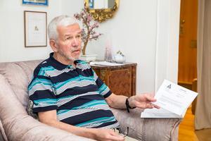 Pauli Alsing med brevet från Skatteverket. – Varför kan inte två svenska myndigheter lita på varandra, varför denna byråkrati?  frågar sig Pauli.
