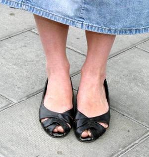 Selina Olsson, 25 år, Torvalla:– Det är skor som är lite slitna. Jag var på en sandstrand med dem i fjol. På sommaren är de mina favoritskor. Sedan har jag svarta pumps som jag köpte i Skottland. De passar till olika kläder.