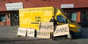 """Folklabs mobila """"maker space"""" ryms i en liten gul buss. Det är inte bara högteknologiskt pyssel, det handlar om att göra människor delaktiga, säger projektledaren Staffan Hjalmarsson."""