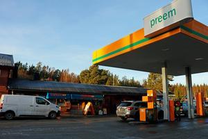 Preem äger själva tankstationen medan Marie Söderström driver affären bredvid. Båda deras nätverk drabbas av den avgrävda kabeln. Det går inte att betala med kort förutom Preem–kort som inte är kopplade till någon bank då de transaktionerna lagras i systemet.