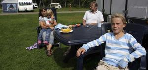 Ingela Willén med dottern Michelle i famnen, Bernt Willén samt barnbarnet Jasmine längst fram.
