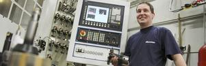 Fullt upp. Maskinoperatören Björn Dahlén tycker att det är skönt att företaget har uppsving igen. Han var en av dem som hade jobbet kvar efter uppsägningarna, men tycker att det var en tung period.