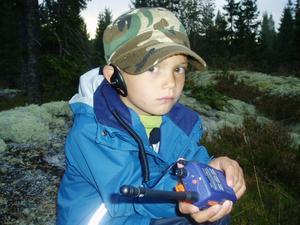 Elliot Hammarström 5 år från Sundsvall gick upp kl 05.00 för att följa med morfar Leif Mähler på älgpass. Jättespännande tyckte Elliot som skötte radiokontakten åt morfar.