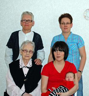 ALLA SAMLADE. Lilla Svea i mamma Emma Forsgrensfamn, bakom dem mormor Tina Forsgren, bredvid står gammelmormor Inga-Lill Hilström och framför henne sitter Nora Gustavsson, gammelmormors mor.
