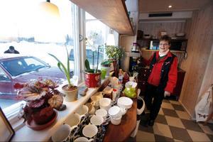 Eivor Lindgren har noterat att allt fler vill låna butikens dator för att till exempel göra bankärenden.I och med att hon renoverar kaffehörnan funderar hon på att sätta upp en dator för allmänheten.