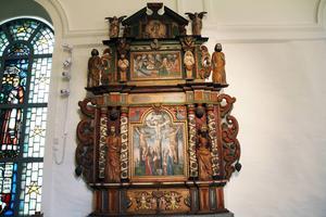 Den gamla altaruppsatsen från 1600-talet är rengjord och belyst. Den skildrar frälsningshistorien från syndafallet till Jesu uppståndelse.