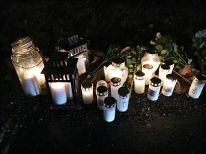 Flera personer tände på lördagen ljus vid olycksplatsen.