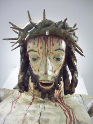 När krucifixet var nytt hade Jesusfiguren mer hår – gjort av tagel –vid törnekronan. I dag finns det kvar små testar.  Foto: Maria Landin